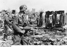 Stalingrad Luftwaffe troops securing areas recently overran by Soviet troops, Stalingrad, 22 October 1942. Commons: Bundesarchiv.