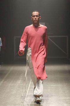 Deconstrucción oversize en la mayoría de sus looks enmarcan la colección de sulvam en la semana de la moda de Tokyo