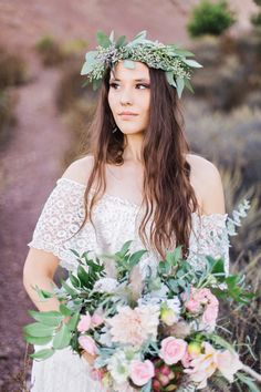 Take a look at this fun boho wedding inspiration shoot filled with gorgeous rustic details. Photography by Marissa Kay Photography and Olivia Richards Photography Wedding Flower Photos, Neutral Wedding Flowers, Romantic Wedding Flowers, Wedding Flower Decorations, Wedding Hair Flowers, Wedding Flower Arrangements, Inexpensive Wedding Flowers, Bridal Musings, Wedding Blog