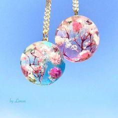 空に映える桜の景色を 丸く包んでネックレスにしました . . #craful2017春コンテスト #craful #レジン #デザフェス #春のアクセサリー #ドライフラワーアクセサリー #ネックレス