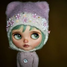 Baby Peadora is now adopted  Thank you to @kittenlash for the cute name!   ~~~~  #Blythe #doll #blythedoll #Blythecustom #customblythe #dolls #artdoll #puppelinacustomeyechips #greenhair #greeneyes #SBL