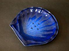 貝殻の形をした石鹸皿です。色は、白、黄色、瑠璃があります。サイズ 長さ16㎝ 幅15㎝ 高さ2㎝ 重さ220g|ハンドメイド、手作り、手仕事品の通販・販売・購入ならCreema。