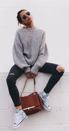 Para ficar de olho: manga balão. Suéter bufante cinza, calça skinny preta com rasgo no joelho, all star metalizado