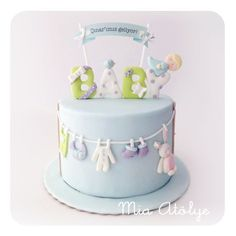 Sweet baby shower cake. Love the hanging clothes (Mia Atolye).