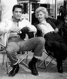 """Elvis and Barbara Stanwyck on set of """" Roustabout """" 1964 Elvis Presley Movies, Elvis Presley Family, Golden Age Of Hollywood, In Hollywood, Fake Pictures, King Of Music, Barbara Stanwyck, Katharine Hepburn, Amazing Pics"""