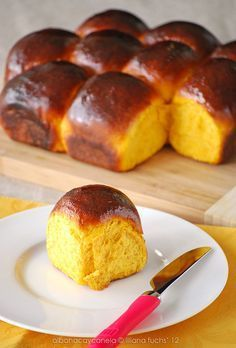 Easy pumpkin buns made with soy milk and vanilla. Enjoy them with jam, honey or just plain, they are delicious on their own (in Spanish with translator). Biscuit Bread, Pan Bread, Pan Dulce, Donuts, Galette Frangipane, Bread Recipes, Cooking Recipes, Mexican Bread, Bread And Pastries