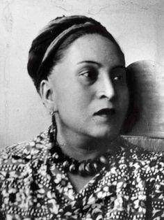 María Cenobia Izquierdo Gutiérrez nació en 1902 en San Juan de los Lagos, Jalisco. Primera pintora mexicana en exponer sus obras fuera del país (1930). Estudió en la academia de San Carlos, en la Escuela Nacional de Bellas Artes y cursó historia del arte. Considerada artista de la corriente Surrealista.La primera exposición fue en una galería de arte en el Palacio de Bellas Artes, en la CD de México,María Izquierdo murió el 3 de diciembre de 1955, en la Ciudad de México.