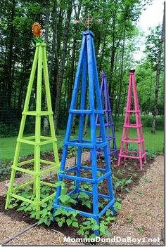 Garden Ideas DIY Obelisk Trellis - Check out these DIY garden trellis ideas and find one that's right for the style, feel, and needs in your garden! Obelisk Trellis, Wood Trellis, Diy Trellis, Garden Trellis, Trellis Ideas, Diy Garden Projects, Outdoor Projects, Garden Ideas, Wood Projects