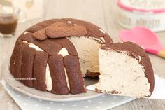 Lo zuccotto al caffè e cioccolato è un dolce freddo senza cottura davvero favoloso, si prepara in 5 minuti ed è cremosissimo!
