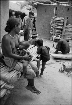 Vie de village - Barau, Indochine Photographe : Werner Bischof, 1952 #allaitement
