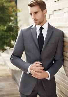 Aspecto impecable, traje a la perfecta medida, camisa impoluta. Todos los detalles denotan elegancia.