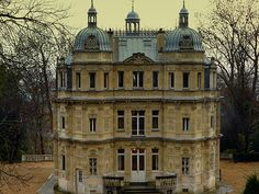 Mansion Dumas, le chateau de Monte-Cristo en Yvelines. beautiful ..but gloomy with the lights off