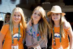 Het koningspaar en prinsessen Amalia, Alexia en Ariane zijn zondag bij de Olympische Spelen in Rio de Janeiro! Zij moedigen hier windsurfer Dorian van Rijsselbergh aan.