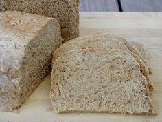 Pronto empezaré con mis recetas de pan en el horno, pero no he podido resistirme a compartir con vosotros otro de los panes que más he horneado este verano con mi panificadora, el pan de espelta integ