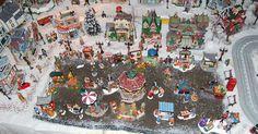 Cómo construir una villa navideña en miniatura. Las artesanías y decoraciones hechas por ti mismo son una buena forma de unir a la familia durante la navidad sin exceder tu presupuesto disponible. Evolucionando principalmente de las tradiciones navideñas de los holandeses de Pensilvania, las villas navideñas en miniatura se han convertido en una tradición para muchas familias. En lugar de ...