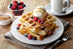 Brunch combines the best parts of breakfast and lunch into one ideal meal. Here are 27 Paleo-friendly brunch recipes to tuck into this weekend. Waffle Ice Cream, Waffle Bar, Waffle Toppings, Diner Recipes, Waffle Recipes, Breakfast Recipes, Diner Food, Brunch Recipes, Paleo Recipes