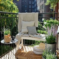 Prodigious Patio Decorating Ideas Small Balcony Garden, Whether you are searching for a means to utilize your furniture during winter or all year round we've provided 3 tips on Why to Use Patio Furniture In. Small Balcony Design, Small Balcony Garden, Small Balcony Decor, Small Outdoor Spaces, Outdoor Balcony, Outdoor Decor, Balcony Ideas, Patio Ideas, Balcony Gardening