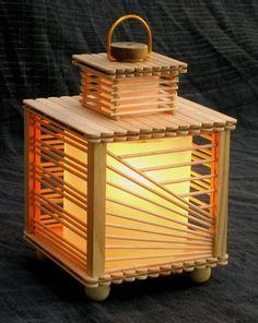 Linda luminária feita com palitos de picolé e de churrasco.                                                                                                                                                                                 Mais