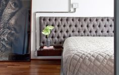O quarto tem cama de laca com criados-mudos acoplados e cabeceira de camurça com capitonê. As instalações elétricas ficam em tubos de inox polidos. Reforma do Superlimão Studio