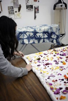 Love this flower dyeing technique. Natural Dyeing with Flowers in the studio with NYC textile designer Cara Marie Piazza. Photographed by Sophia Moreno-Bunge. via Gardenista Fabric Painting, Fabric Art, Fabric Crafts, Fabric Design, Sewing Crafts, Cara Marie Piazza, Natural Dye Fabric, Natural Dyeing, Textile Dyeing