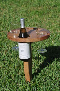 Picknicktisch Wein: faltet und verfügt über einen integrierten Griff für einfaches tragen. Legen Sie den Spitzen Pflock in den Boden, Falten Sie die Tabelle über auf seinen hölzernen Scharnier und genießen Sie eine schöne Flasche Wein ohne Bedenken wo die Flaschen oder Gläser festlegen. Diese Eiche und Mesquite Texas Tisch... ist 12 Durchmesser und hat mehr als genug Platz für leichte Snacks! Hinterhof-Versammlungen, Strand oder in einen Ballen Heu für eine sofortige Wein-Tabelle ist das…