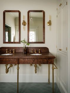 #woodvanity #console #sink #vintage #vintagebathrooms #bathroomideas #bathroomdecor #vintagevibes #copper #beautifulbathrooms #faucetsnfixtures #bathroomenvy