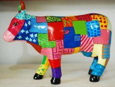 Vacas da Famosa Cow Parade, que percorreu o Brasil inteiro, em tamanho beeem menor =P  É uma ótima opção de presente e combina com tudo. Pode ser usada na cozinha, na sala, na mesa de centro, na mesa da cozinha, onde você quiser!  São vários estilos de pinturas! Logo, logo outros modelinho aparecerão por ai! Fique de olho!  Boas compras! R$70,00