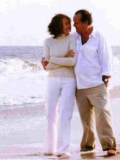 Jack Nicholson and Diane Keaton, Something's Gotta Give. One of my favorite movies! ~YOU GOTTA LOVE IT, I have watched it many times~ Diane Keaton, Something's Gotta Give, Outfits Otoño, Mature Fashion, Jack Nicholson, Love Movie, Aging Gracefully, Great Movies, Classic Hollywood