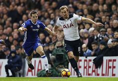 LONDON, ENGLAND - JANUARY 04: Cesar Azpilicueta of Chelsea (L) and Harry Kane of Tottenham Hotspur (R) battle for possession during the Premier League match between Tottenham Hotspur and Chelsea at White Hart Lane on January 4, 2017 in London, England