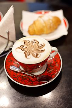 Cappuccino | Christmas latte art | pinned by http://www.cupkes.com/