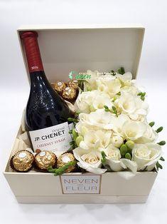 Beylis i bajadera u kutiji sa ružama, orhidejama i frezijama Homemade Gift Baskets, Wine Gift Baskets, Homemade Gifts, Happy Birthday Flower, Happy Birthday Wishes, Wedding Hamper, Flower Box Gift, Grad Gifts, Edible Gifts