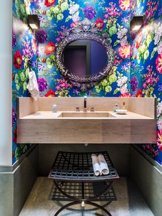 Fofura do Dia: lavabo estampado, colorido e hollywoodiano. #lavabo #achadosdedecoração