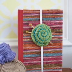 Make your own little yarn ball bookmark using a combination of simple knitting and sewing. This free pattern includes all the directions. thanks so xox ☆ ★   https://uk.pinterest.com/peacefuldoves/