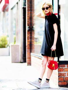 Die Düsseldorferin Lisa Hahnbück peppt ihr schwarzes Sommerkleid von Maje mit einem roten Halstuch und roter Chloe-Bag auf.