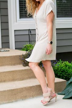 Beige Linen Dress + Woven Sandals. | Le Stylo Rouge Fashion Group, Only Fashion, Fast Fashion, Boho Fashion, Fashion Beauty, Girl Fashion, Fashion Outfits, Beige Outfit, Little Fashion