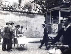 Protesto contra aumento da tarifa em SP em 1958. Alunos do Mackenzie jogam xadrez na rua para interromper o bonde. #SPFotos