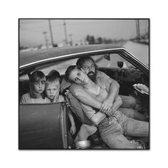 Mary Ellen Mark American (b. The Damm Family in their Car, Los Angles, California, 1987 Gelatin Silver Print. Dorothea Lange had been dead for 22 years when this photograph was taken. Mary Ellen Mark, Homeless Families, Helping The Homeless, Homeless People, Homeless Resources, Annie Leibovitz, Diane Arbus, Richard Avedon, Rodney Smith