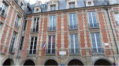 """Paris 4 Hotel Rohan Guemenee.- 7) HÔTEL DE ROHAN-GUEMENE: Le logis central couvre les N°6 et 6 bis de la place des Vosges. Les aménagements intérieurs sont dans le style classique des hôtels particuliers de la place. De nouveaux aménagements intérieurs furent effectués pendant la 2° moitié du XIX°s. L'aile de la rue des Tournelles, encore appelée façade orientale, est intacte. Elle est de pure facture début XVII°s en pierres et torchis. Elle forme un """"U""""."""