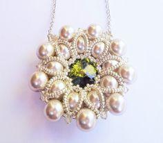 Pearl Flower Necklace di theZABETT su Etsy