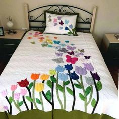 17 Ideas For Applique Quilting Patterns Patchwork Quilt Baby, Applique Designs, Quilting Designs, Floral Bedspread, Butterfly Quilt, Quilt Modernen, Flower Quilts, Applique Quilts, Fabric Painting