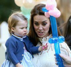 Encontre alguém que olhe para você como a princesa Charlotte olha para balões.