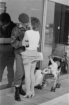 A British soldier is greeted by his partner on his return from the Falklands War July 1982 Vintage Stockings, Stockings Legs, Stockings And Suspenders, Nylons, British Soldier, British Army, Bonnie And Clyde Death, Old Fashioned Love, Pin Up Girls