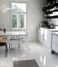 keittiö,moderni,skandinaavinen,valoisa,vaalea,ruokailutilat,ruokailuryhmä,keittiön kaapit