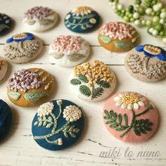 . I miss spring ♛minne♛ miki to nuno 1ヶ月半ぶりに2/15今夜更新します 忘れ去られてませんように よろしくお願い申し上げます . #ブローチ #ヘアゴム #がま口 #ヘアピン #パッチンピン #メガネケース #通帳ケース #刺繍 #手刺繍 #刺しゅう #ステッチ #enbroidery #handenbroidery #handmade #minne #mikitonuno #オリジナル刺繍 #手作り #ハンドメイド #手芸 #手芸部 #布小物 #雑貨 #販売 #花 #flower
