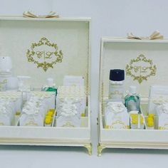 Você gosta do estilo clássico? Sofisticado conjunto completo de caixas para toalete em marfim e dourado.  Brasão do casal bordado e exclusiva papelaria personalizada.  Mais informações: atelieflordeamor@gmail.com