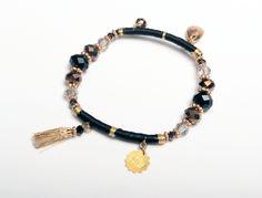 EM GIPSY: Pulsera semi rigida elastica con piedras sintéticas y dijes chapado en oro.