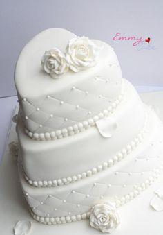 torta nuziale bianca a forma di cuore