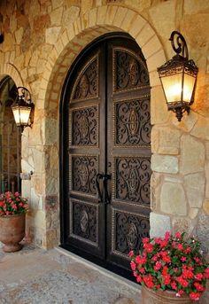 volute fer forgé, portes massives, maison en pierre, campagne