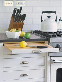 Planche à découper coulissante intégrée au meuble de la cuisine  http://www.homelisty.com/amenagement-petite-cuisine/