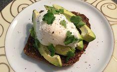 Een lunch van geroosterd brood met avocado en gepocheerd ei. Heerlijke smaakcombinatie die ook nog eens gezond is. Avocado Toast, Sandwiches, Healthy Recipes, Healthy Food, Favorite Recipes, Lunch, Chicken, Vegetables, Breakfast